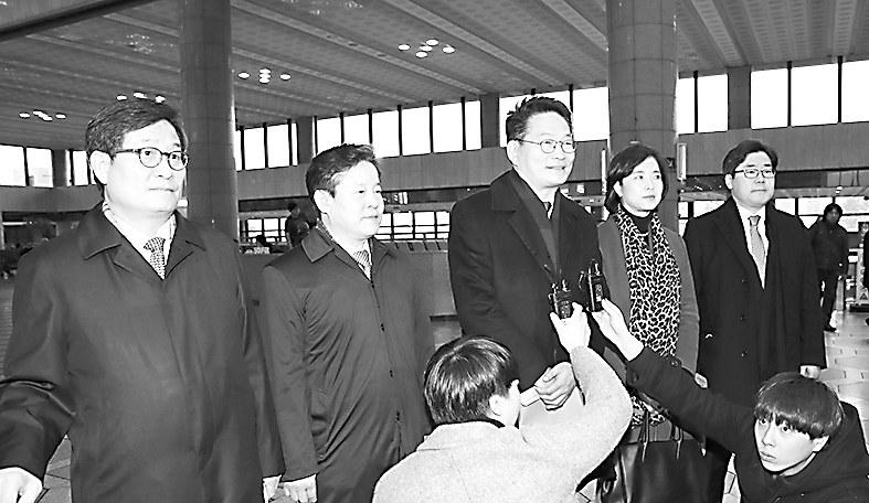 4日,韩议员团在访华前向媒体阐述此行意义。