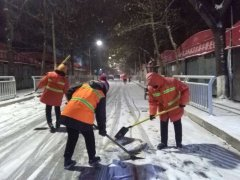 二七区环卫工人通宵除雪