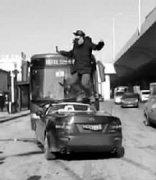精神病男子驾敞篷跑车逆行撞公交 在车上蹦跳