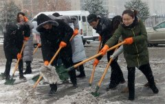 二七区环保局扫雪除冰保平安
