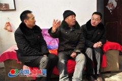 虞城县法院干警春节前走访慰问道德模范