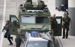 美国机场血案:退役军人从行李中取枪杀5人(组图)