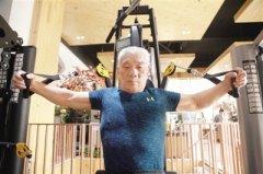 郑州81岁大爷健身20年 调侃施瓦辛格肌肉不如自己