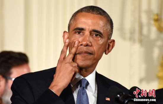 """当地时间1月5日,奥巴马在白宫举行发布会,宣布将采取系列行政措施遏制枪支暴力。他在提及2012年康涅狄格州纽敦桑迪胡克小学枪击案时落泪,直言""""每次想到这些孩子,我都感到悲愤""""。该枪击案造成20名学童死亡。图为奥巴马擦拭眼泪。 中新社记者 张蔚然 摄"""