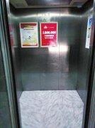 郑州一9岁女孩因贪玩憋尿 把电梯当卫生间