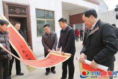 县委书记朱东亚为群众代表送春联