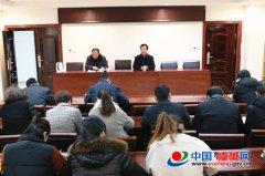 县委政法委组织学习人民日报文章