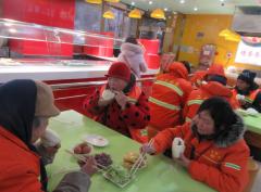 为让环卫师傅一早吃上热乎饭 餐饮一条街争相提供免费早餐