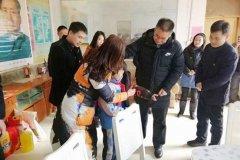 区委书记周新民春节前夕看望慰问贫困家庭学生
