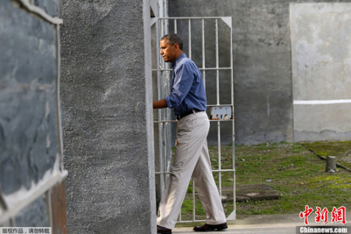 关闭关塔那摩监狱曾是奥巴马竞选承诺的一部分。2009年奥巴马入主白宫之时,该监狱一共关押着242名囚徒,目前仍有55名在押人员,其中19人已通过安保审查,准备转移至意大利、阿曼、阿拉伯联合酋长国等4个国家。