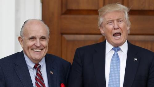 资料图片:前纽约市长朱利安尼和美国当选总统特朗普。
