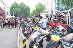 省医附近60多辆电动车被拖走 交警称这里将规划非机动车停车位