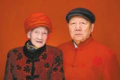 南充八旬老夫妻拍情侣照 纪念70年白金婚