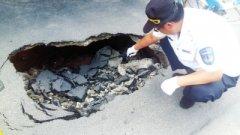 水泥罐车压塌路面 车后骑车男子险些摔进大坑