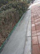 装上挡泥带 路面更整洁――我市首次在绿化带、花坛安装挡泥设施