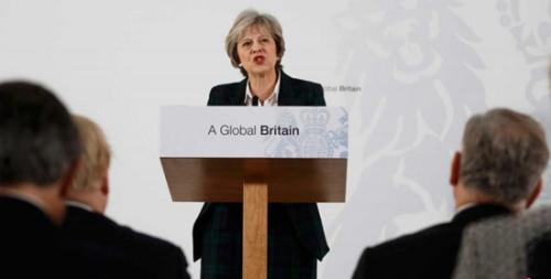 """特雷莎・梅在兰卡斯特宫对包括外国使节及英国脱欧谈判小组成员等发表演讲时,阐明英脱欧的多项原则,其中的关键部分一如外界先前所预料,是退出欧盟单一市场和重新掌握英国的边界控制权,预示英国要展开""""硬脱欧""""。"""