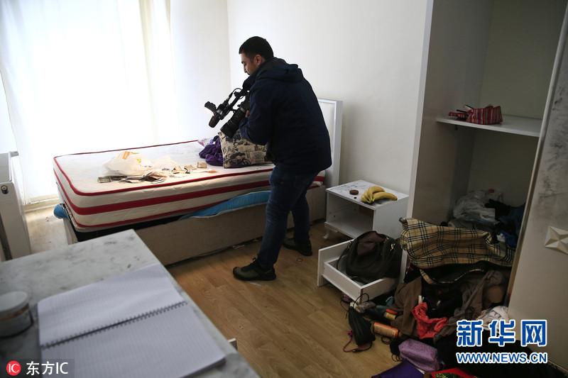 当地时间2017年1月17日,土耳其伊斯坦布尔,夜总会袭击案嫌犯藏身之处曝光。发生在土耳其伊斯坦布尔夜总会、造成39人死亡的恐怖袭击事件的主嫌犯阿卜杜勒哈迪尔-马沙里泊夫已被逮捕。据伊斯坦布尔省省长Vasip Sahin,嫌犯1983年生于乌兹别克斯坦,曾在阿富汗受过培训,已经承认自己的罪行。