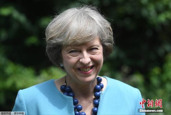 当地时间2016年7月14日,英国伦敦,英国首相特蕾莎・梅在府邸花园。