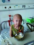 新乡8岁白血病患儿勇敢面对化疗 暑期吵着回学校