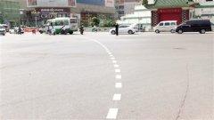 首条非机动车引导线亮相郑州二七广场