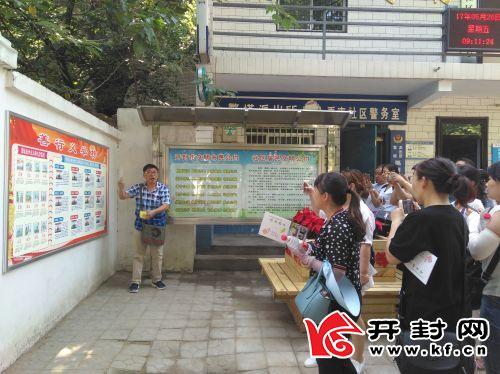 市民考察团一行正在禹南社区参观考察。全媒体记者 李晨� 摄
