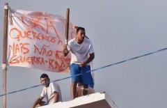 巴西监狱暴动现场:囚犯爬上屋顶示威