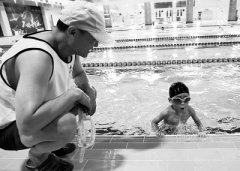 救一时更帮一世!救援队员救起的6岁娃后带娃学游泳