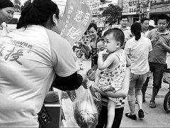 七旬老人卖瓜筹钱救13岁患病孙女 感动南阳城