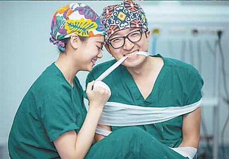 护士新人结婚照选在手术室里拍 这个创意你打几分?