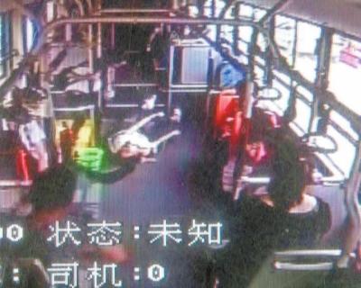 郑州16岁姑娘晕倒在公交车上 男子垫付医药费
