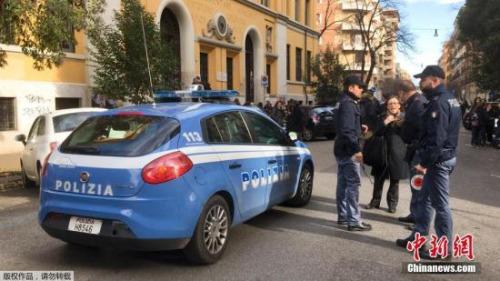 图为地震后,罗马警方对民众进行紧急疏散。