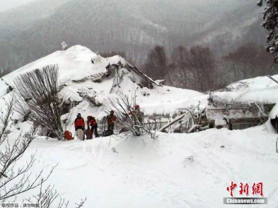 救援人员在被掩埋的酒店前实施营救行动。雪崩发生时,酒店内有大约30名客人和工作人员,他们目前仍下落不明。