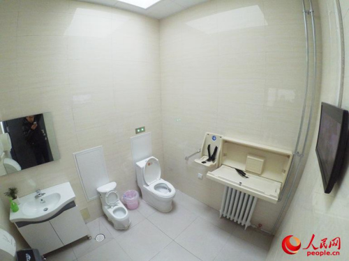 资料图:北京某个第三卫生间内部。人民网 冯亚涛 摄