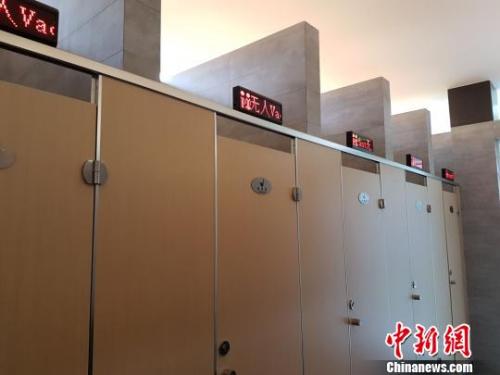 资料图:上海的一座公厕内设置了第三卫生间。芊烨 摄