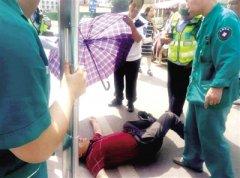 男子中暑晕倒郑州街头 有人给打伞 有人物理降温