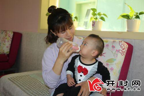 赵晶晶和福利院的儿童在一起。