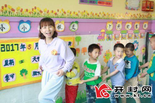 赵晶晶和市社会福利院的孩子做游戏。全媒体记者汪元蒙摄