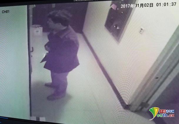 女青年杨某家门口监控画面