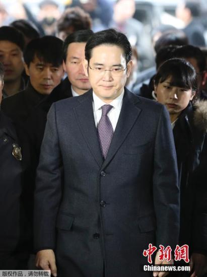 当地时间1月18日,韩国首尔,三星电子副会长李在�F就独检组批捕申请事件接受法院审讯后回家,遭到记者围堵。