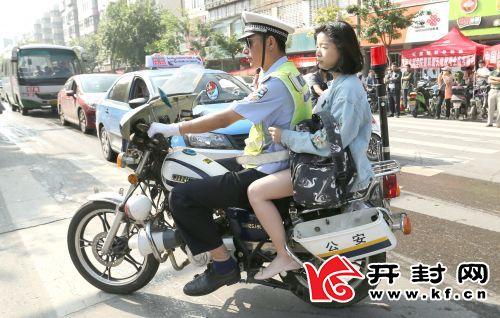 0608wba5-1-12cm民警为忘带考证的考生紧急送考。   赵文建 摄