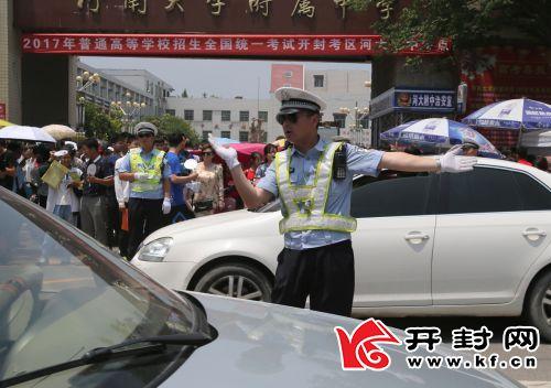交警在考点外马路上维持秩序。全媒体记者 李克君 摄