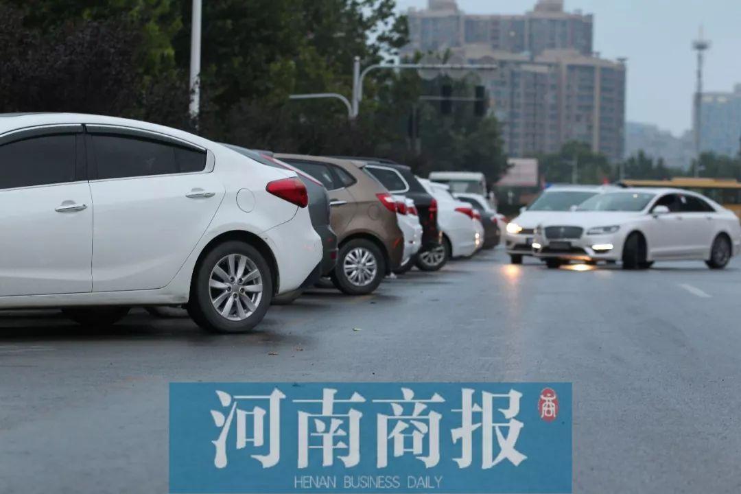 郑州停车位又被吐槽:狭窄禁停路段设密集停车位