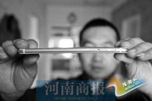 机身音量键旁边发生弯折 河南商报记者 唐韬/摄