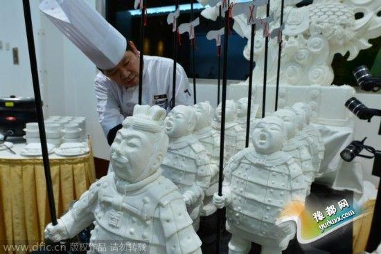 最吸引眼球的是一组32个兵马俑糖粉雕塑