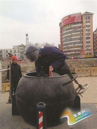 民警对发现的废旧炮弹进行处置。图片由淮安警方提供